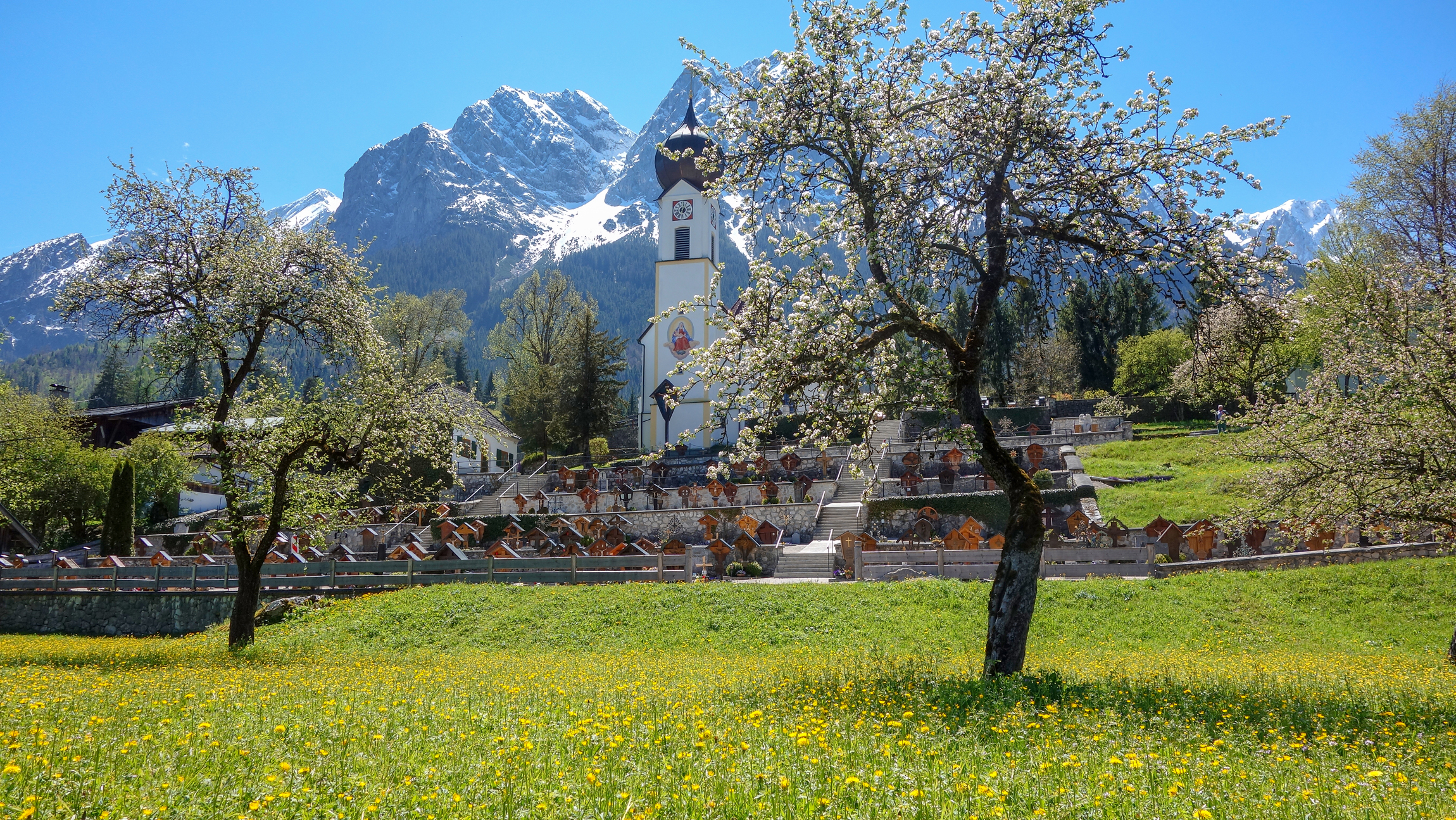Grainauer Kirche im Frühling