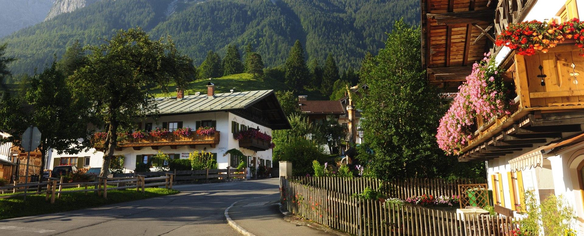 Grainau, oberer dorfplatz, blick auf waxensteine, © Touristinformation Grainau - Foto Ehn