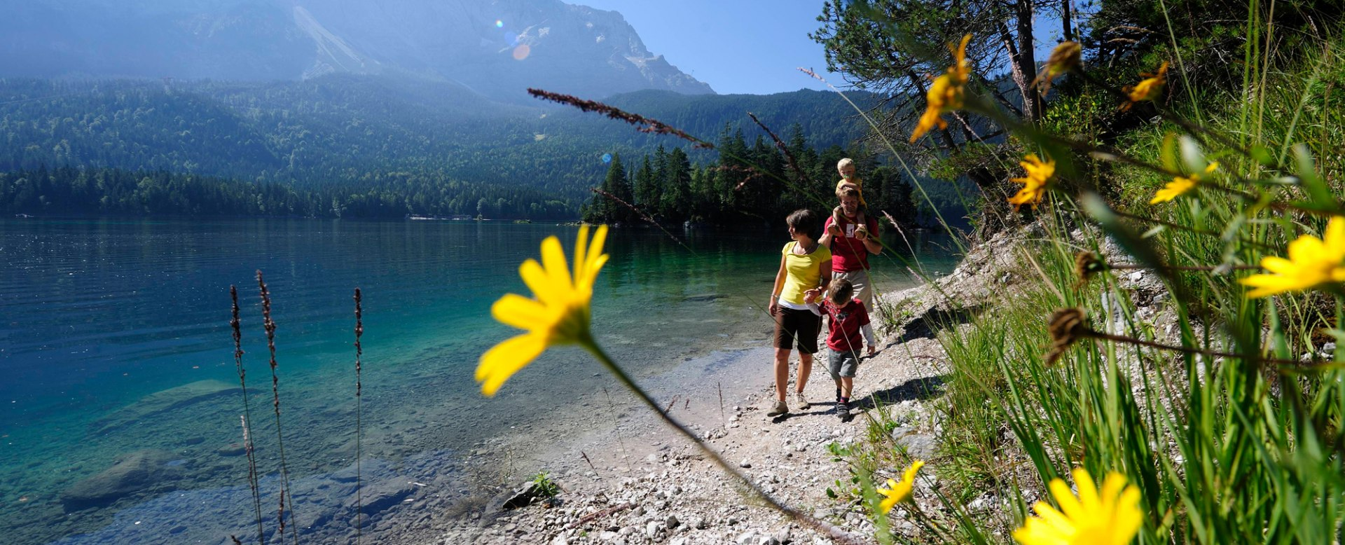 Walk with family around lake eibsee, © Touristinformation Grainau - Foto Ehn